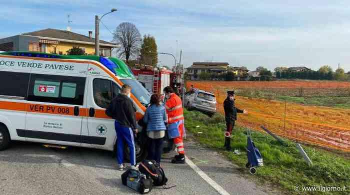 Cava Manara, auto sbanda e travolge tre persone alla fermata del bus: due morti - IL GIORNO