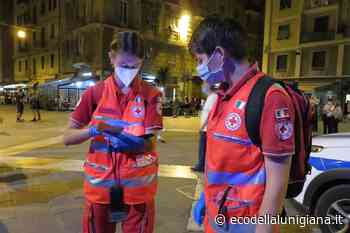 La Spezia: volontari della Croce Rossa distribuiscono ai giovani gel sanificanti e vademecum per la prevenzione - Eco Della Lunigiana