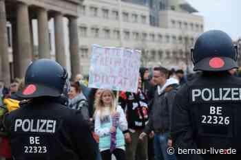 Wasserwerfer bei Corona-Demonstrationen in Berlin - Bernau LIVE