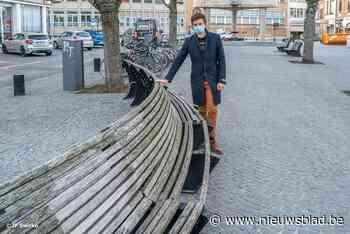 Vermolmde planken Vredeplein ruimen plaats voor metalen latt... (Aalst) - Het Nieuwsblad
