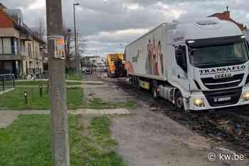 Vrachtwagen negeert signalisatie en rijdt zich vast