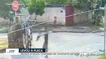 Homem é filmado furtando placa de trânsito em rua de Aparecida de Goiânia - G1