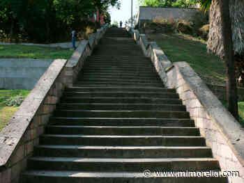 Navajean a hombre en las escaleras de Santa María, en Morelia - MiMorelia.com