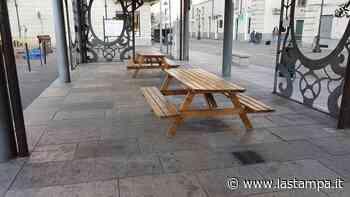 Venaria, il sindaco fa rimuovere le panche da pic-nic in piazza: creano assembramenti - La Stampa