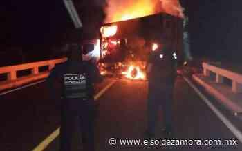 Bloquean carretera Apatzingán - Buenavista con camión incendiado - El Sol de Zamora