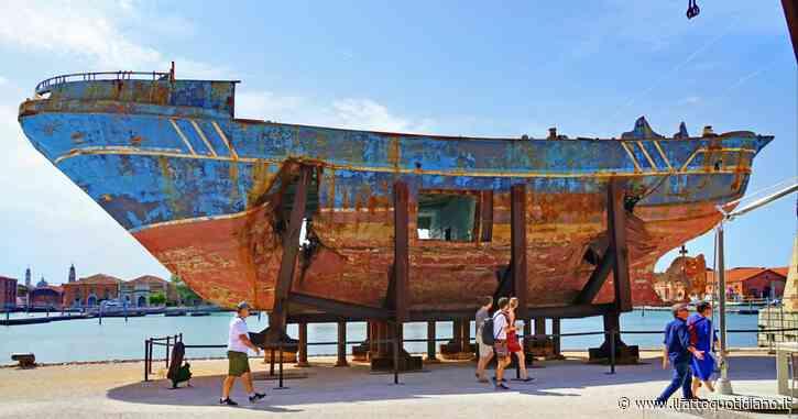 Opera d'arte esposta alla Biennale di Venezia, ora relitto che nessuno vuole: braccio di ferro sulla barca della strage di migranti