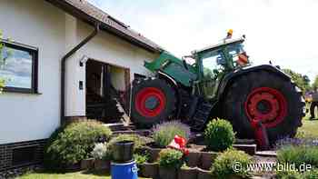 Malsfeld: Kontrolle verloren: Traktor kracht in Haus - BILD