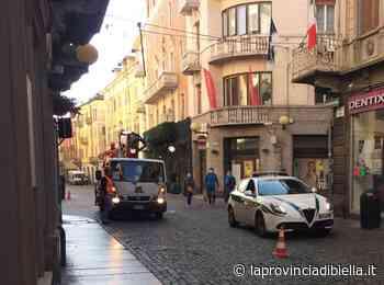 A Biella si pensa già al Natale, iniziati i lavori per installare le luci - La Provincia di Biella