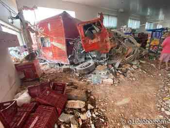 Caminhão perde freio e invade supermercado no Centro de Juruaia, MG - G1
