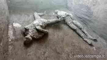 Nuova scoperta a Pompei: i corpi integri di due uomini fermati nell'attimo in cui sono stati investiti dall'eruzione - Video - La Stampa
