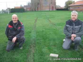 Vandalen trekken bandensporen op voetbalveld