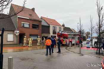 Dame in ziekenhuis na zware brand in rijwoning