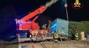 Resana, camion adibito a trasporto di tori esce di strada - Oggi Treviso