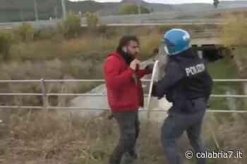 Scontro tra poliziotto e pompiere durante protesta a Catanzaro, il filmato diventa virale (VIDEO) - Calabria 7