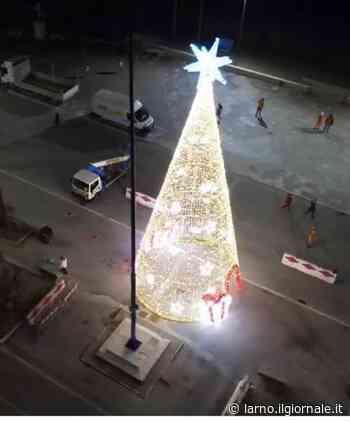 Viareggio, l'albero di Natale non piace e il sindaco lo fa smontare - il Giornale