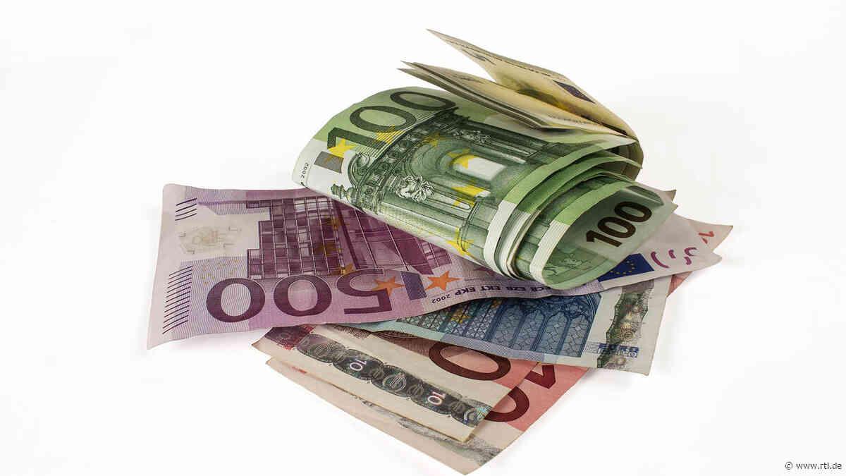 Friedrichshafen am Bodensee: Mann gibt Rucksack mit 130.000 Euro bei der Polizei ab - RTL Online
