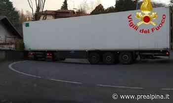 Varese: Tir incastrato in via Montello - La Prealpina