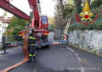 Tir incastrato sulle curve di via Montello a Varese, lo sbloccano con l'autogru - varesenews.it