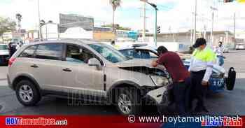 Causa policía choque en Nuevo Laredo al pasarse el rojo del semáforo - Hoy Tamaulipas