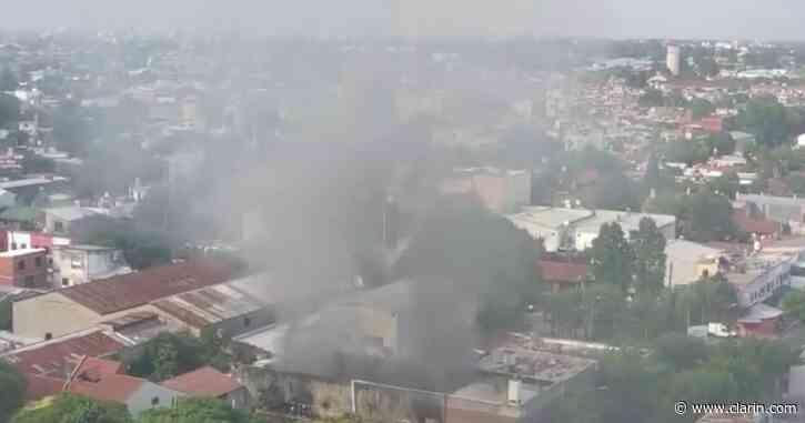 Impactante incendio en una fábrica en Villa Martelli: diez dotaciones de bomberos combatieron las llamas - Clarín.com