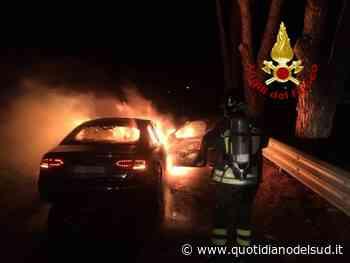 Automobile prende fuoco a Lamezia Terme, necessario l'intervento dei vigili del fuoco - Quotidiano del Sud