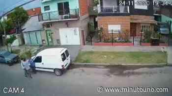 Brutal robo en Isidro Casanova: lo golpearon, lo tiraron al suelo y casi lo atropellan - Minutouno.com