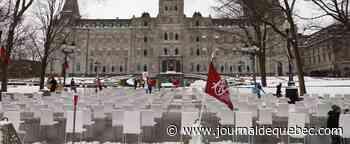 [PHOTOS] Pénurie d'enseignants: 1000 chaises vides devant l'hôtel du Parlement