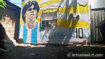VIDEO: Vecinos de Villa Fiorito pintan un retrato de Maradona en la humilde casa de la infancia de su ídolo - RT en Español