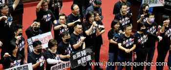 Taïwan: des élus jettent des abats de porc au Parlement