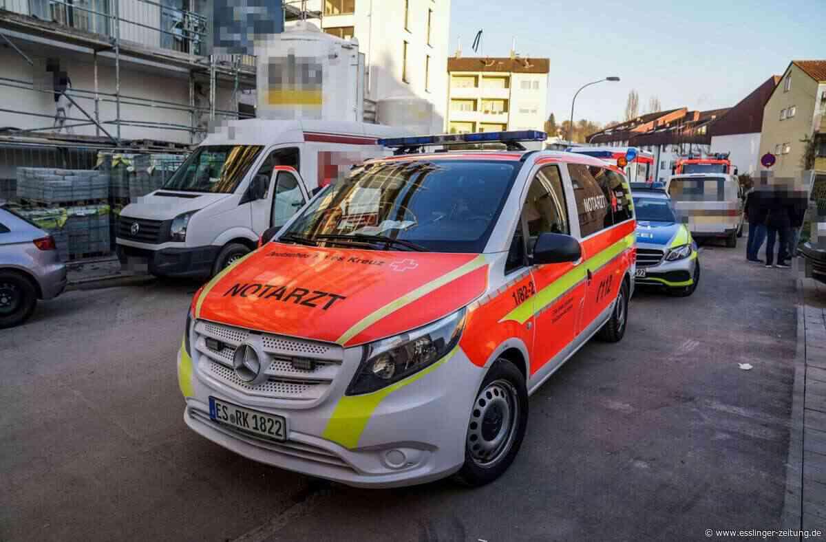 Verletzte bei Arbeitsunfall in Esslingen: Handwerker stürzen Treppe mit Metallwalze hinunter - Esslingen - esslinger-zeitung.de