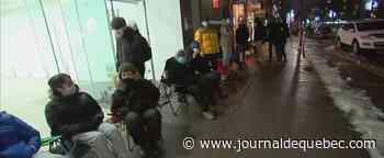 Black Friday: des gens font la file toute la nuit au centre-ville de Montréal