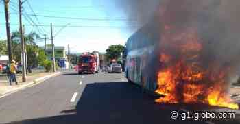 Ônibus da Prefeitura de Iturama pega fogo em rua de Uberaba - G1