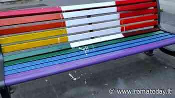 """Le panchine arcobaleno di piazza Gimma imbrattate nella notte: """"Gesto violento e omofobo"""""""