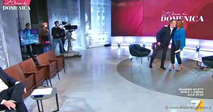 """Myrta Merlino accoglie in studio Marco Tardelli: """"Come ti devo presentare? C'è imbarazzo"""". Poi i due si baciano"""
