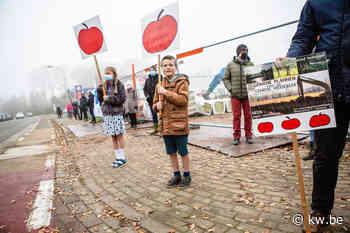Manifestanten maken menselijke ketting rond omstreden bouwwerf
