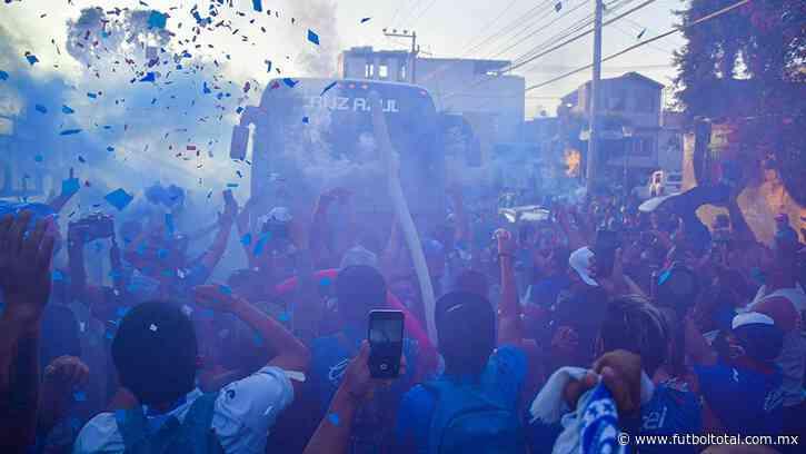 Cruz Azul fue recibido por un 'pasillo' de aficionados pese a pandemia
