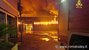 Incendio ad Ostia: brucia deposito di mobili di 1200 metri quadri, evacuate cento persone
