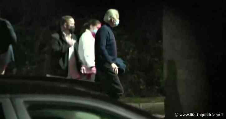 Joe Biden si frattura un piede giocando col cane: l'uscita zoppicante dal centro medico – Video