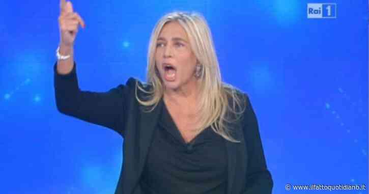 """Domenica In, """"aho, ma che fai, mi stacchi il telefono?"""": Mara Venier sbotta in diretta con la madre di Alessandra Mussolini"""