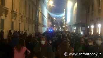 """Week end di sconti e bel tempo accendono lo shopping, folla a via del Corso: """"Nessun controllo, è una vergogna"""""""