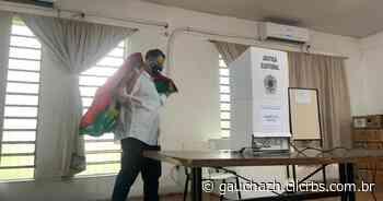 Jairo Jorge vota em escola no centro de Canoas; com covid-19, Busato cumpre isolamento em casa - GZH