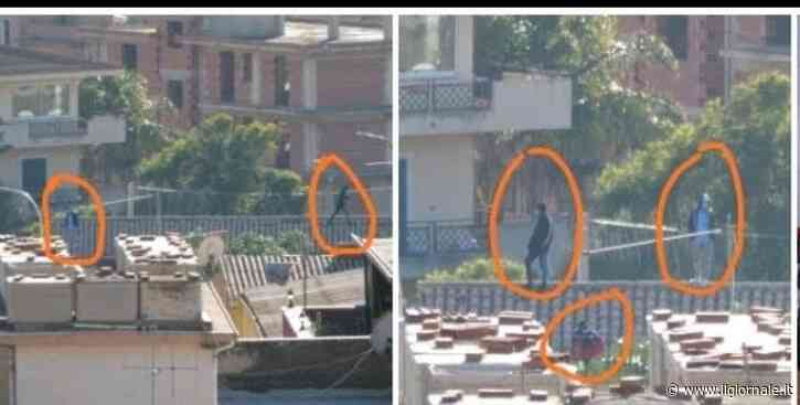 """""""Basta, ce ne andiamo da qui"""": Migranti in protesta sul tetto"""