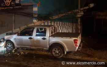 Una camioneta se impactó contra un poste en el sur de Quito