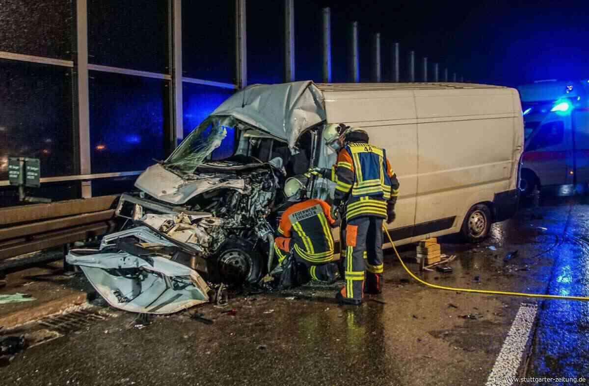 Schwerer Unfall auf A81 bei Ehningen - 25-Jährige verliert auf glatter Autobahn Kontrolle – Frau eingeklemmt - Stuttgarter Zeitung