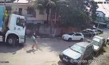 Caminhão de lixo desgovernado quase atinge mulher em Duque de Caxias; veja - Jornal O Globo