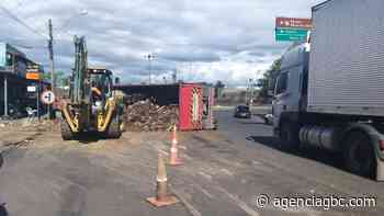 URGENTE: caminhão de entulho tomba em Canoas - Agência GBC