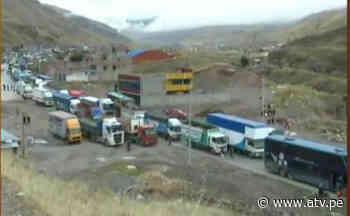 Vehículos varados por carretera bloqueada en La Oroya - ATV.pe