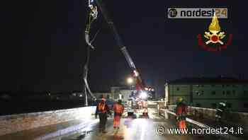 Maltempo, arcate del Ponte a Torri di Quartesolo ostruite da un lungo tronco - Nordest24.it