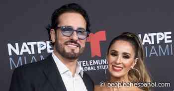 Catherine Siachoque y Miguel Varoni inauguran su espectacular árbol de Navidad 'congelado' - People en Español