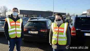 Fahrdorf: Oliver Grünwald und Nicola Paege kontrollieren die Einhaltung der Maskenpflicht   shz.de - shz.de